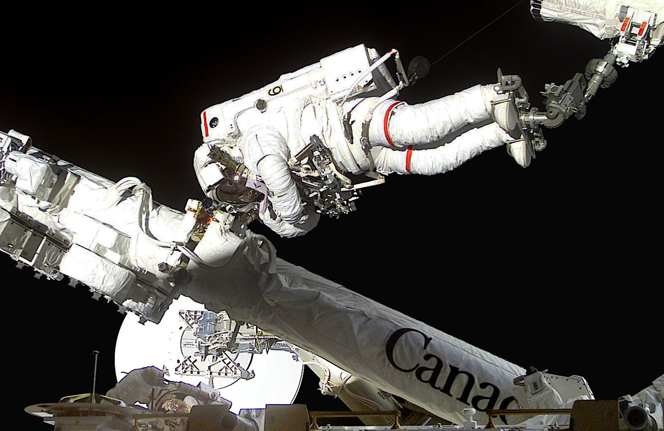 astronaut chris hadfield canadarm2 s100e52362 crop